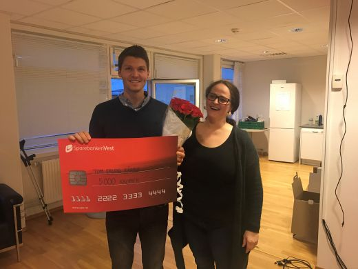 Tom Erling Kårbø påskjønning fra Hovedlagets leder Nina Sleen